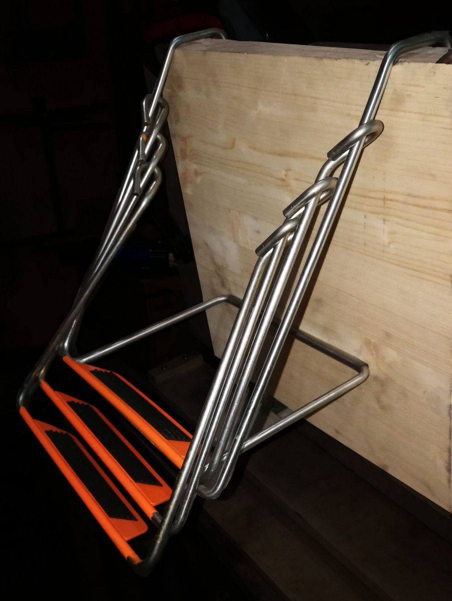 Лестница на борт или транец катера.