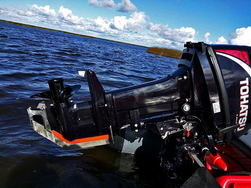 защита лодочного мотора от камней